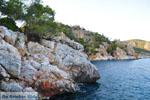 Rotsachtige kust bij Limenaria   Agkistri Griekenland   Foto 2 - Foto van De Griekse Gids