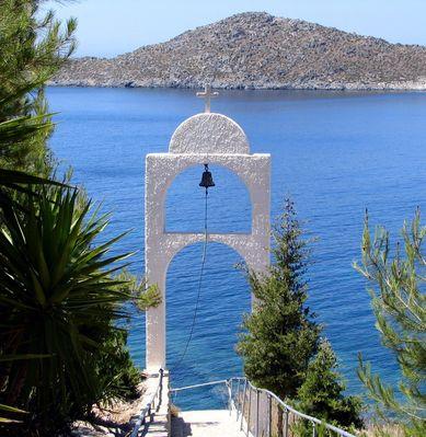 Bell tower on Patmos - Foto van kouzolos
